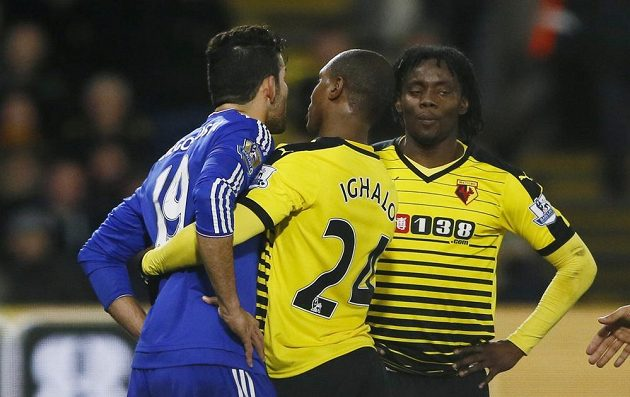 Diego Costa z Chelsea v roztržce s Juanem Carlosem Paredesem a Odionem Ighalem z Watfordu.