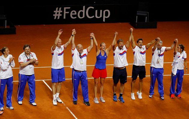 Český fedcupový tým slaví v Německu postup do finále.