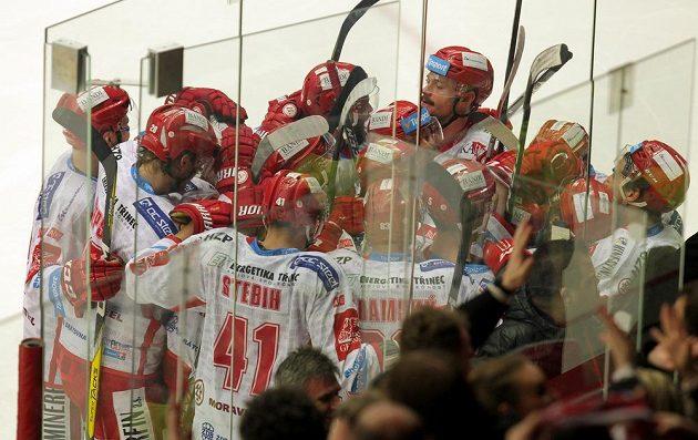 Radost třineckých hokejistů z vítězství nad Chomutovem ve čtvrtfinále play off hokejové extraligy.