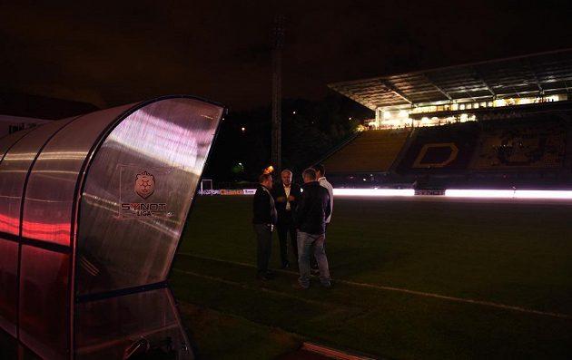 Realizační tým Příbrami (Pavel Tobiáš, Roman Rogoz) během přerušení zápasu z důvodu poruchy osvětlení s Duklou.