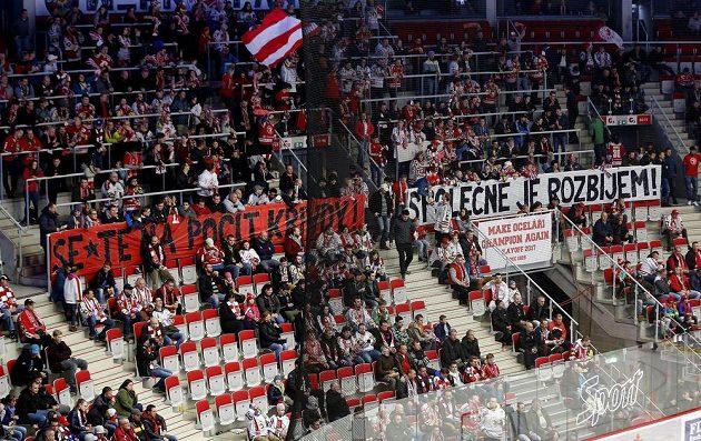 Fanoušci Třince si na čtvrtfinále play off hokejové extraligy s Chomutovem připravili burcující choreo.