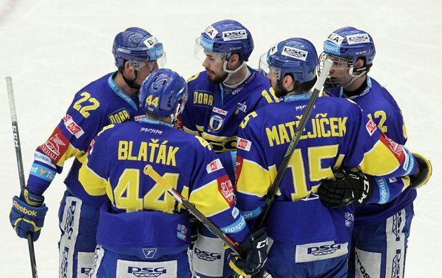 Třinečtí hokejisté se radují z gólu.