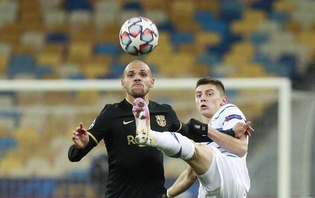 Barcelonský Martin Braithwaite (vlevo) bojuje o míč
