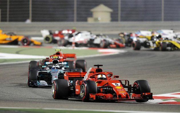 Sebastian Vettel s Ferrari v čele Velké ceny Bahrajnu.