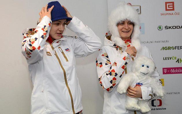 Rychlobruslařky Karolína Erbanová (vlevo) a Martina Sáblíková během fasování oficiálního oblečení pro ZOH v Soči.