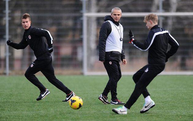 Trenér Sparty Praha Vítězslav Lavička (uprostřed) sleduje své svěřence Lukáše Marečka (vlevo) a Ladislava Krejčího během dopoledního tréninku v rámci kondičního soustředění v Třeboni.