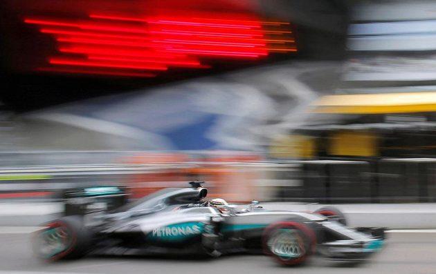 Lewis Hamilton během kvalifikace v Soči.