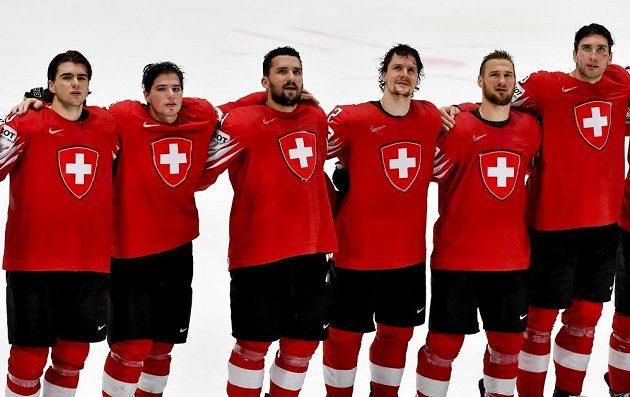 Hráči Švýcarska při hymně pro vítěze po duelu s Norskem.