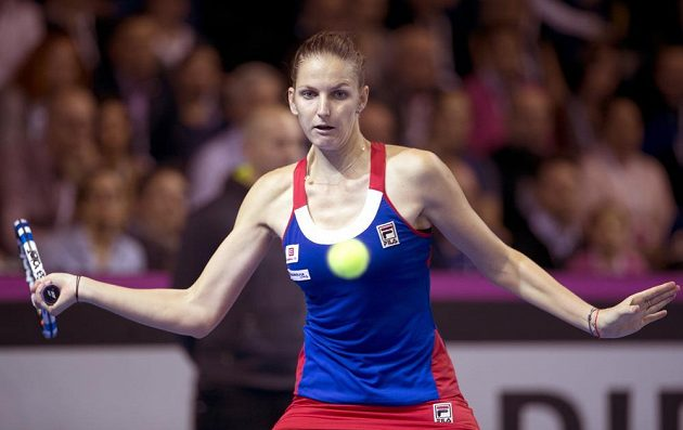 Karolína Plíšková hypnotizuje míček v utkání s Kristinou Mladenovicovou.