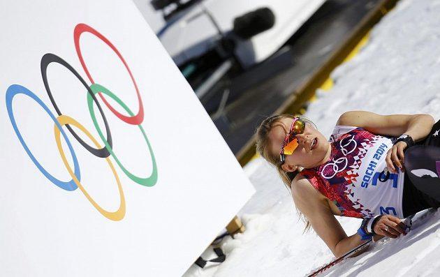 Vedro spaluje lyžaře. Americká běžkyně Sophie Caldwellová raději vyrazila na trať klasické desítky jen ve startovním čísle.