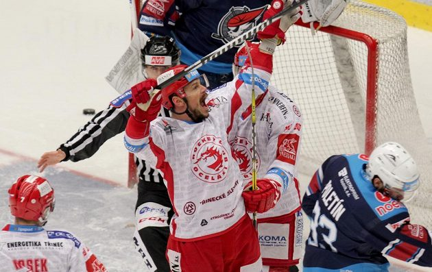 Vladimír Dravecký (uprostřed) z Třince se raduje z gólu ve čtvrtfinále play off hokejové extraligy s chomutovskými Piráty.