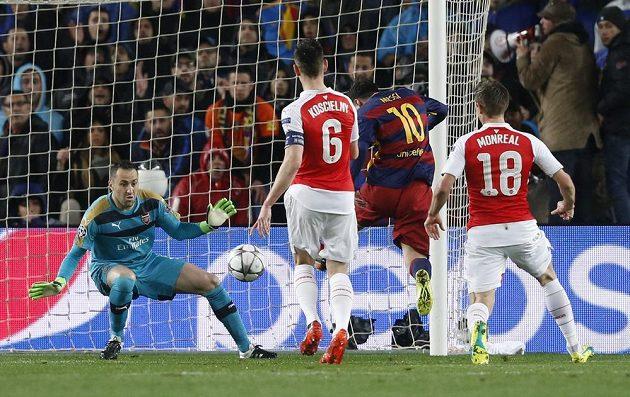 Brankář Arsenalu David Ospina při zákroku proti střele Lionela Messiho.