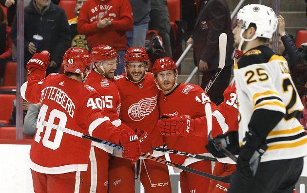 Hokejisté Detroitu Henrik Zetterberg, Niklas Kronwall, Martin Frk a Gustav Nyquist sice slaví gól českého útočníka, ale utkání NHL nakonec vyhrál Boston.