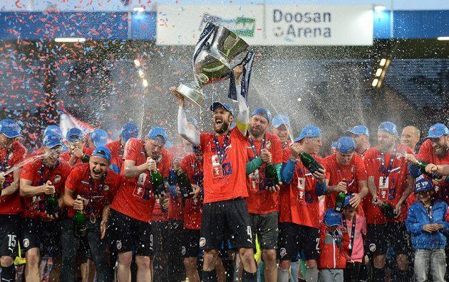 Plzeňské oslavy titulu. Uprostřed s trofejí je Roman Hubník.