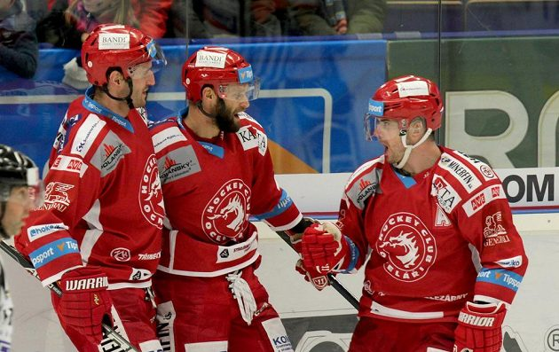 Třinečtí hráči se radují z gólu (zleva) David Nosek, Martin Růžička a Jakub Petružálek.