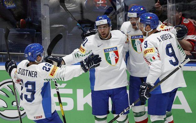 Hokejisté Itálie slaví gól po trefě Anthonyho Bardara v utkání mistrovství světa.
