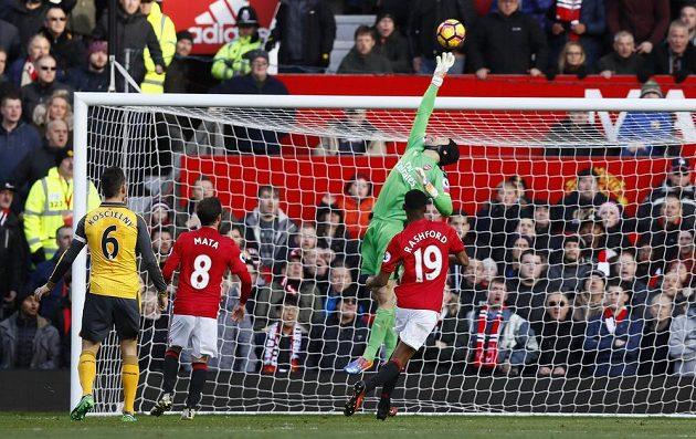 Brankář Arsenalu Petr Čech zasahuje v zápase proti Manchesteru United.