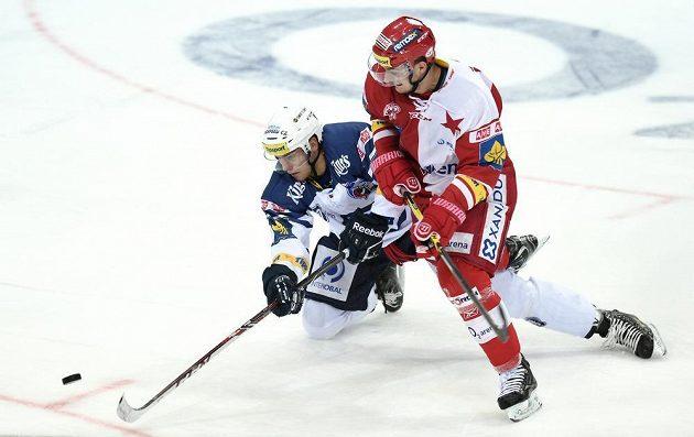 Plzeňský obránce Vojtěch Mozík (vlevo) a útočník Slavie Praha Miloslav Čermák v utkání 30. kola Tipsport extraligy.