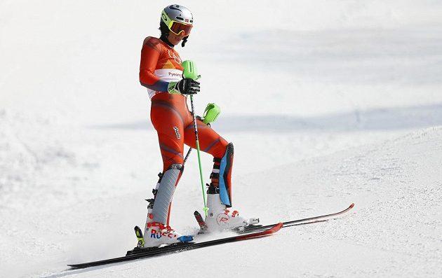 Zklamaný Henrik Kristoffersen z Norska druhé kolo olympijského slalomu nedokončil a sen o zlaté medaili se rozplynul.