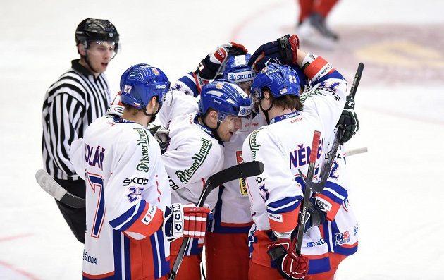 Čeští hokejisté slaví vedoucí gól proti Rusku, který vstřelil útočník Petr Koukal (třetí zprava).