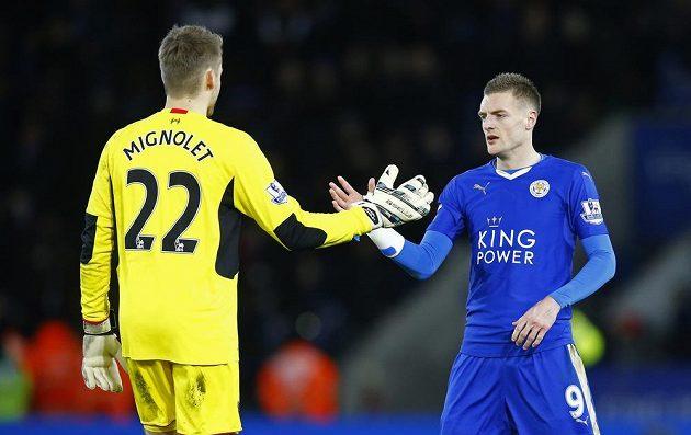 Leicesterský Jamie Vardy si podává ruku s liverpoolským gólmanem Simonem Mignoletem.