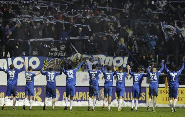 Hráči Liberce zdraví své fanoušky po vítězství 1:0 nad Jabloncem.