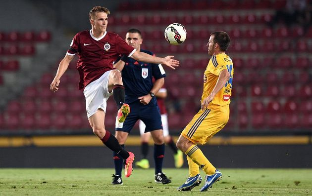 Záložník Sparty Praha Bořek Dočkal (vlevo) a jihlavský záložník Tomáš Marek bojují o míč.