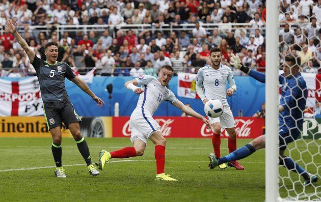 Anglický forvard Jamie Vardy střílí vyrovnávací gól proti Walesu.