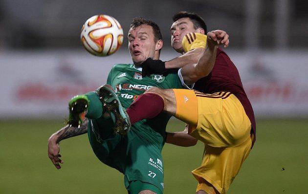 Obránce Dukly Vjačeslav Karavajev (vpravo) bojuje o míč s příbramským útočníkem Jakubem Řezníčkem.