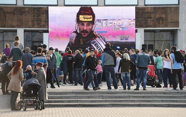 V Třinci třetí finálový zápas sledovali fanoušci na velkoplošné obrazovce.