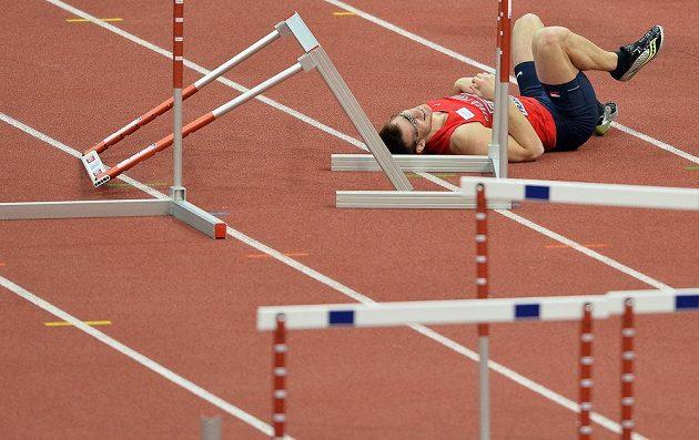 Český reprezentant Petr Peňáz v rozběhu na 60 m překážek skončil na zemi.