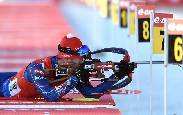 Český biatlonista Michal Šlesingr při střelbě během sprintu v rámci SP ve Vysočina Areně v Novém Městě na Moravě.