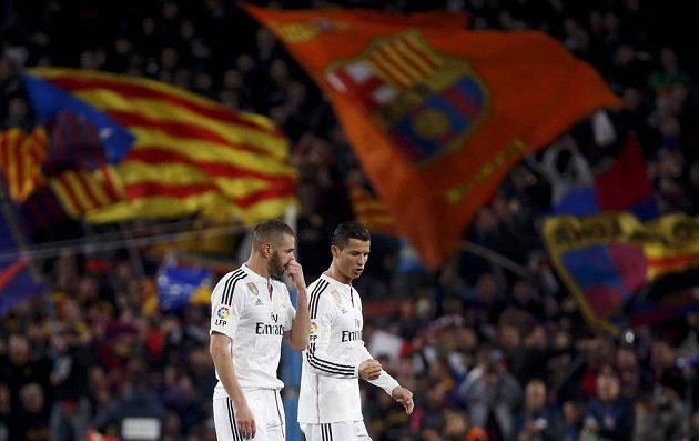 Cristiano Ronaldo a Karim Benzema (vlevo) po prohře Bílého baletu na Camp Nou.