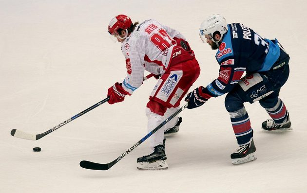 Tomáš Netík z Třince se snaží ujet Michalu Poletínovi z Chomutova během čtvrtfinále play off hokejové extraligy.