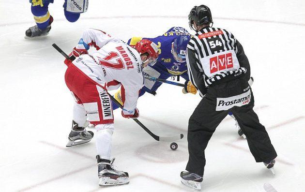 Utkání 48. kola hokejové extraligy mezi Třincem a Zlínem. Na snímku jsou (zleva) Rostislav Marosz z Třince a Michal Popelka ze Zlína.
