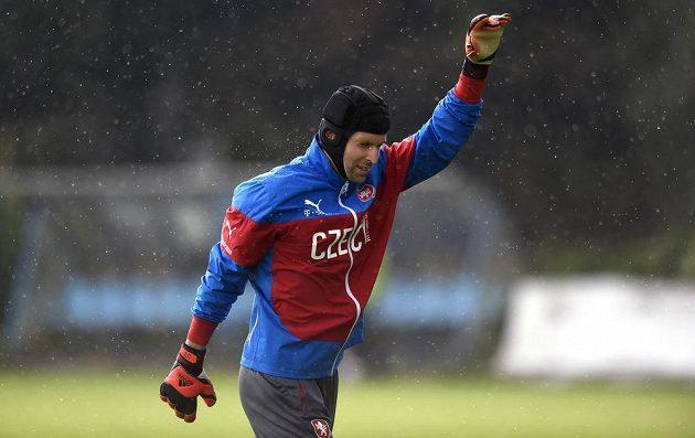 Brankář Petr Čech se rozcvičuje.