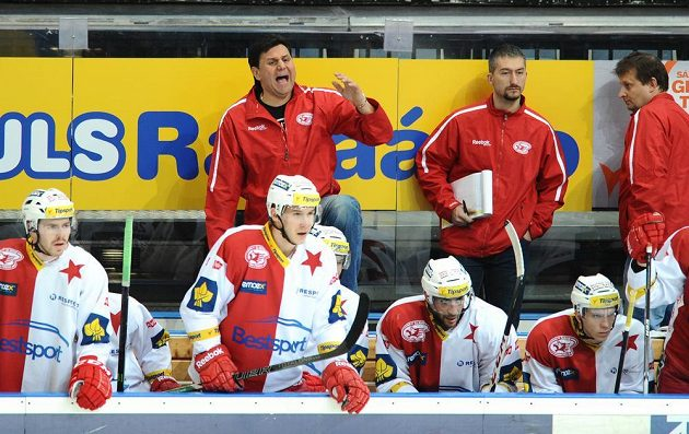 Trenér Slavie Praha Vladimír Růžička (vzadu vlevo) během utkání s Litvínovem.