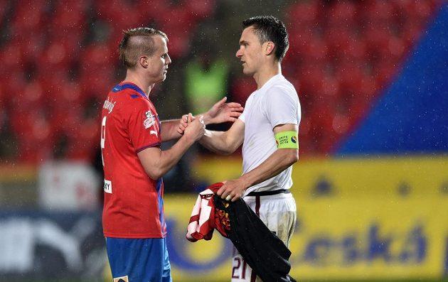 Plzeňský David Limberský (vlevo) gratuluje kapitánovi Sparty Davidu Lafatovi k zisku poháru.