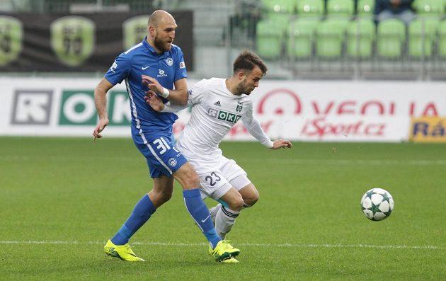 V souboji o míč Lukáš Budínský (vpravo) z Karviné a Martin Latka z Liberce.
