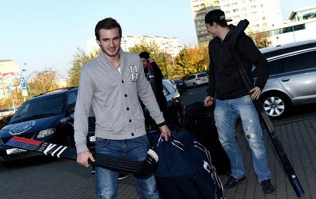 Útočník Tomáš Filippi (vlevo) a Ondřej Vitásek přicházejí na sraz hokejové reprezentace před turnajem Karjala Cup.