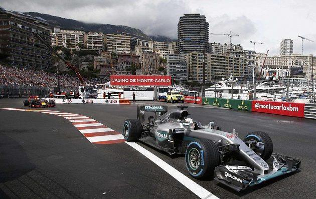 Brit Lewis Hamilton (vpravo) před Danielem Ricciardem během Velké ceny Monaka.