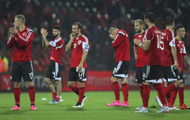Smutní fotbalisté Albánie po porážce se Srbskem v kvalifikaci ME 2016.