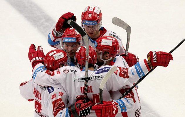 Třinečtí hokejisté se radují z gólu, který vstřelili Litvínovu.