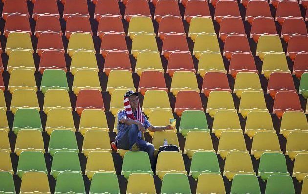 Zápas ženského ragby mezi Spojenými státy americkými a Fidži fanoušky příliš nelákal.