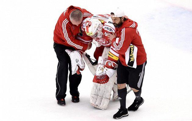 Zraněný brankář Třince Peter Hamerlík opouští ledovou plochu v závěru pátého finálového duelu s Litvínovem.