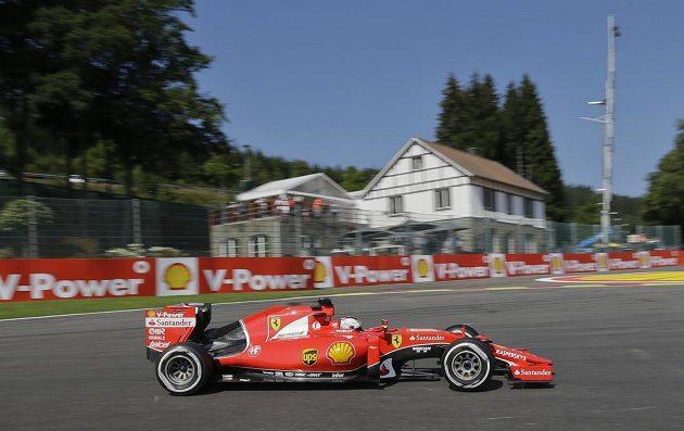 Pilot Ferrari Sebastian Vettel projíždí zatáčkou na okruhu ve Spa-Francorchamps.