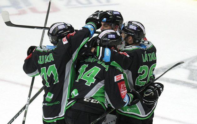Radost hokejistů Mladé Boleslavi z vyrovnávací branky.