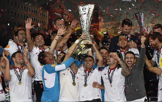 Sevillští fotbalisté s trofejí pro vítěze Evropské ligy.