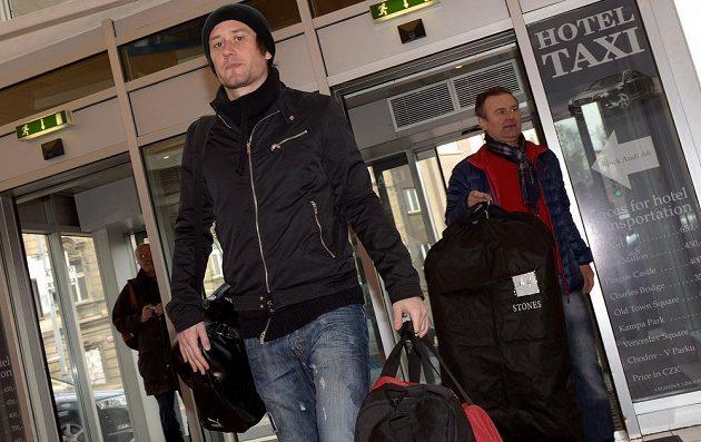 Kapitán Tomáš Rosický přichází na sraz národního týmu.