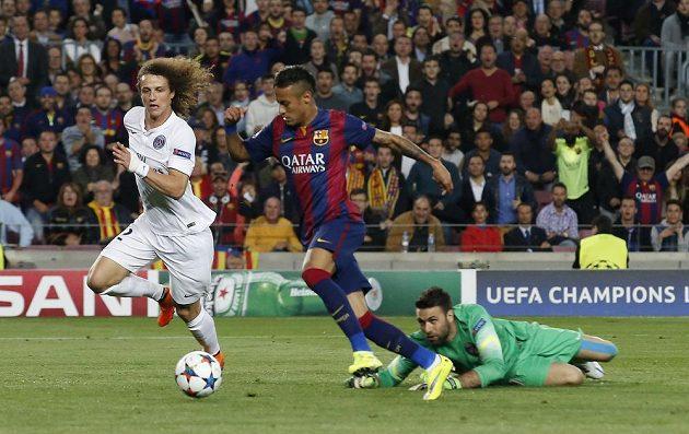 Neymar (uprostřed) střílí úvodní gól Barcelony v odvetě čtvrtfinále Champions League proti PSG. Vlevo David Luiz.